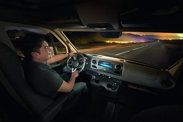 Globeline Cockpit mit Mann am Steuer